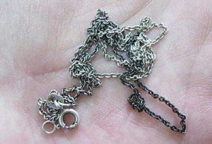 темнеет цепочка и крестик из серебра