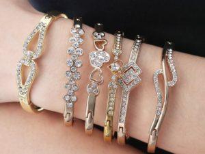 На какой руке обычно носят золотой браслет женщины