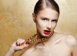 Почему золото оставляет черные следы на коже